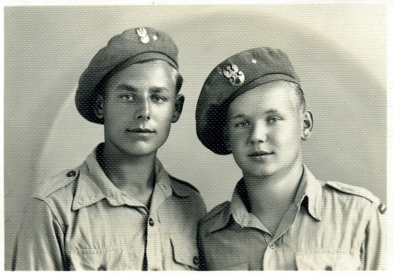 Les mêmes, plus tard en Italie, sous uniforme anglais.