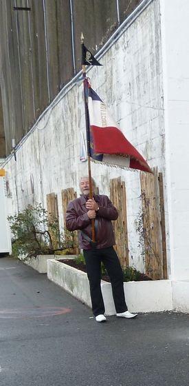 B.DOREY =23.10.10=alain holle = porte drapeau .