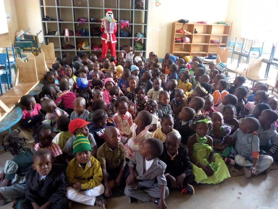 le papa noêl arrive dans la classe de petite section sage et attentive, chaque enfant a revêtu des beaux habits pour la fête, pas d'uniforme scolaire aujourd'hui
