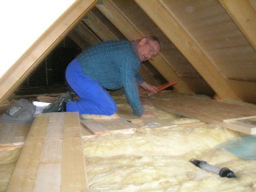 Maurice pose le plancher du grenier qu'il a fabriqué avec les chutes du solivage