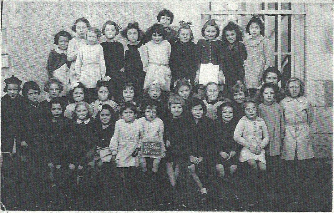 Scan Ecole du Bourg Filles Fleury les aubrais 1945.jpg