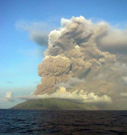 Volcan Anatahan, îles Izu, éruption du 11 mai 2003