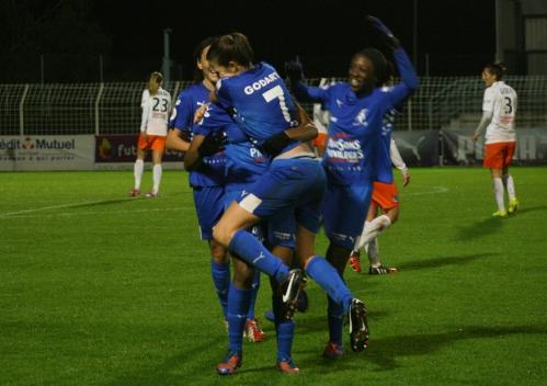 D1 - Soyaux-Montpellier (3) la joie des filles de Soyaux après le but de Godart.jpg