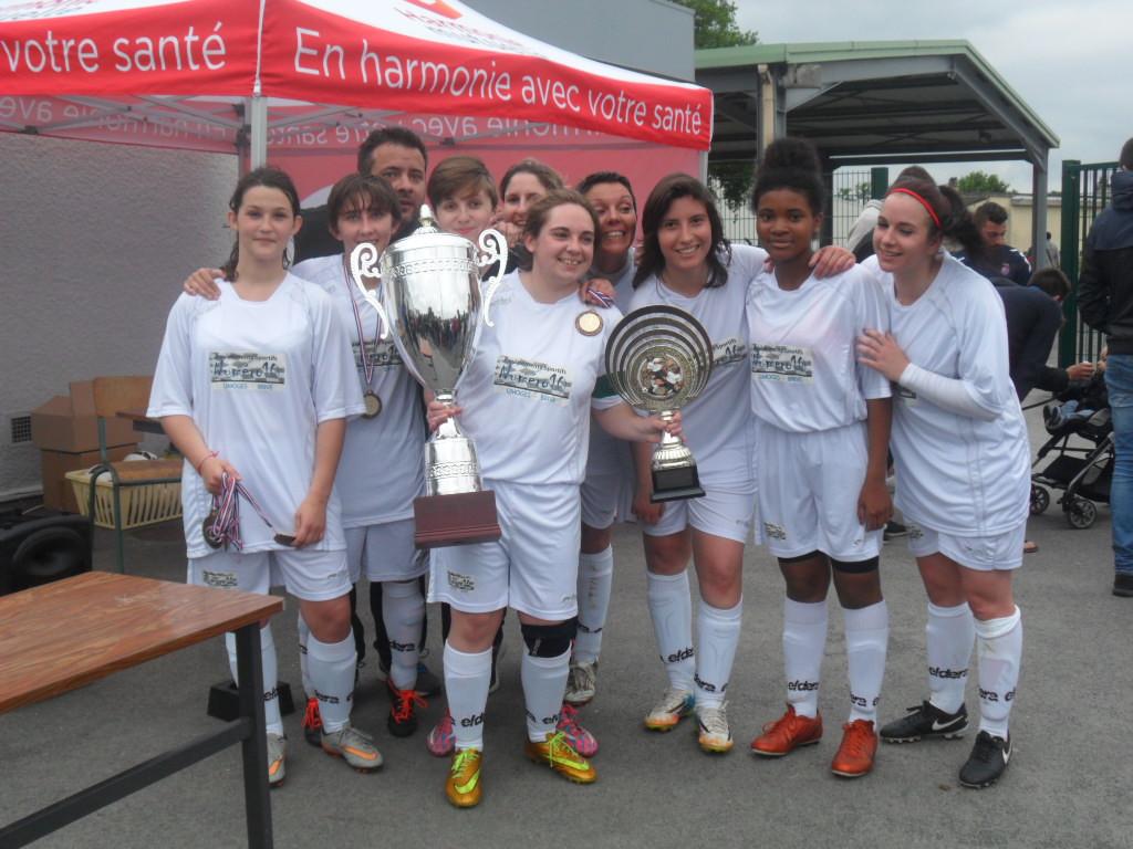 Coupe HV Féminines - Landouge pose avec ses trophées.jpg