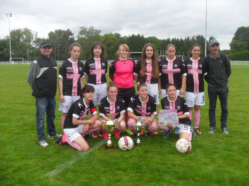 Coupe U14-U17 - FCC Oradour-sur-Vayres pose avec les trophées.jpg