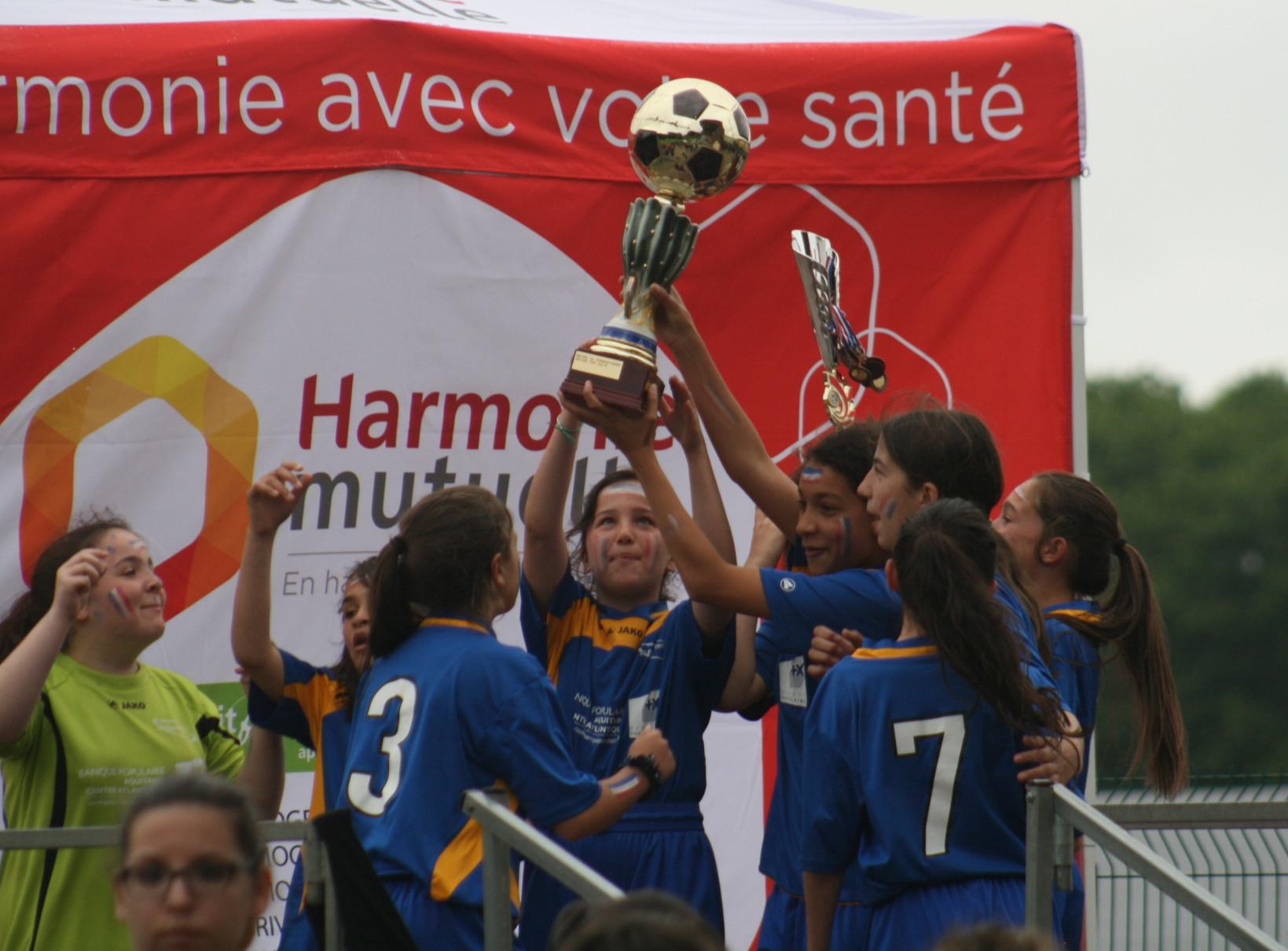 Coupe U10-U13 - AS Eymoutiers avec les trophées.jpg