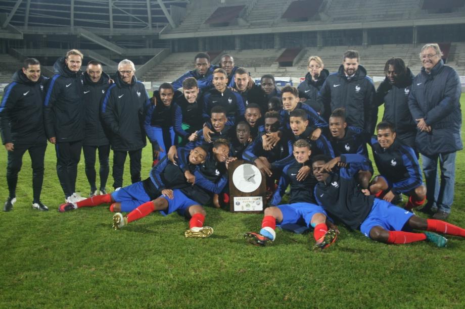 Palmarès - France pose avec les trophées.jpg