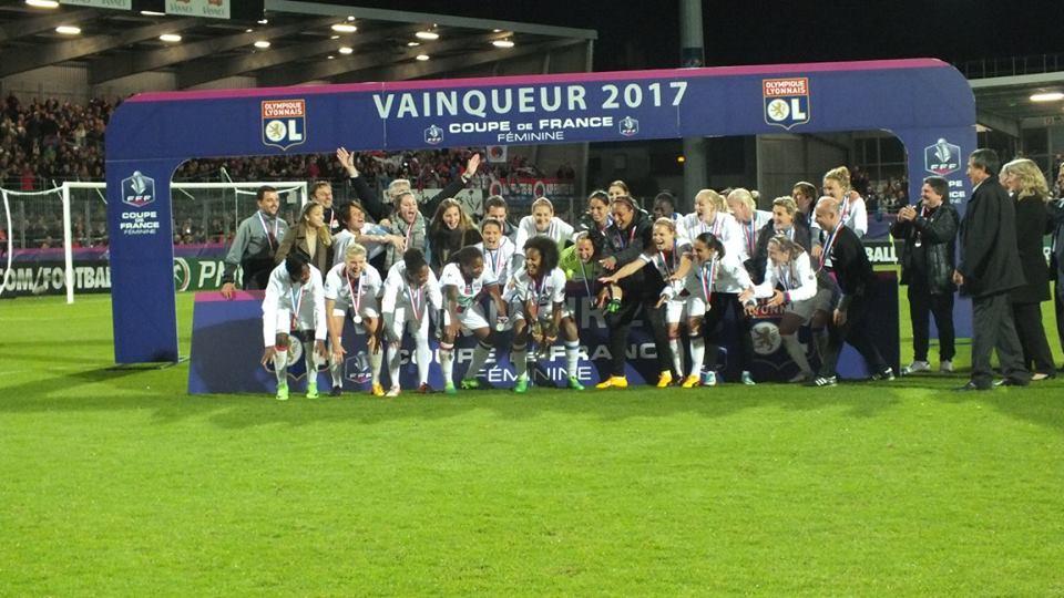 Les Lyonnaises sur le podium avec le trophée