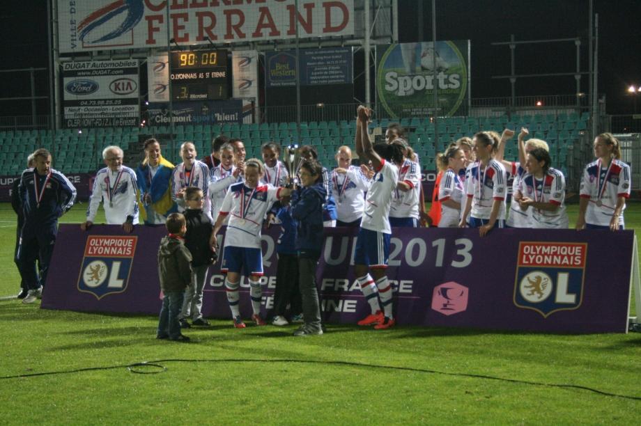 Olympique Lyonnais sur le podium avec le trophée
