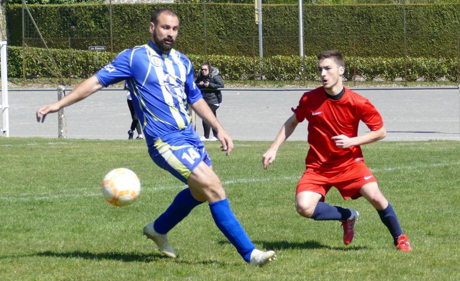 Lucas Leprieur devant Simon Vincendeau