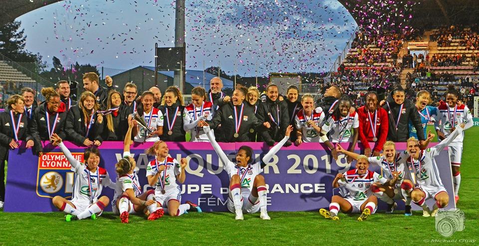 Olympique Lyonnais pose avec les trophées