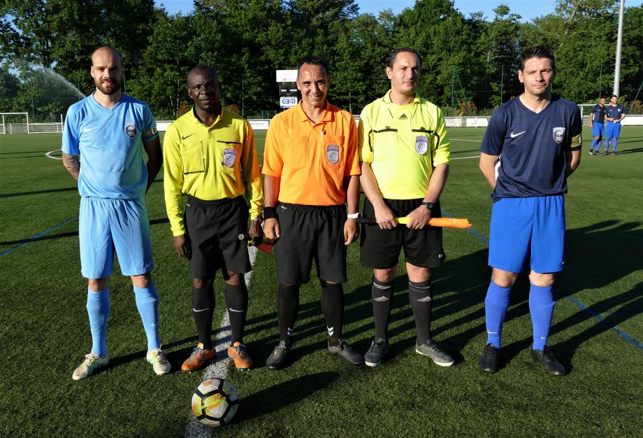 Les arbitres avec les capitaines