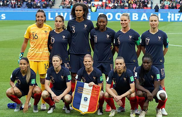 FRANCE Debout de gauche à droite : Bouhaddi, Majri, Renard, Diani, Henry, Thiney Accroupis : D. Cascarino, Bussaglia, Le Sommer, Torrent, Mbock Bathy Nka