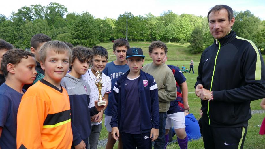 Remise par Olivier Desplat de la coupe du vainqueur du défi jonglerie, l'AS Aixe-sur-Vienne