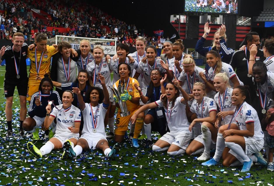 Olympique Lyonnais pose avec le trophée