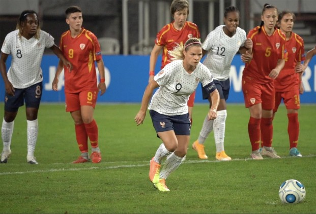 Eugénie Le Sommer avec ce pénalty devient la nouvelle recordwoman des buts en équipe de France