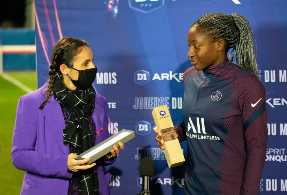 Kadidiatou Diani reçoit son trophée des mains de Jessica Houara