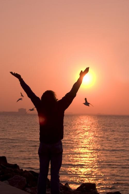 homme-bras-en-l-air-soleil-mer.jpg