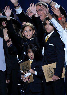 Les enfants de Michael lève les bras en l'honneur de leur père