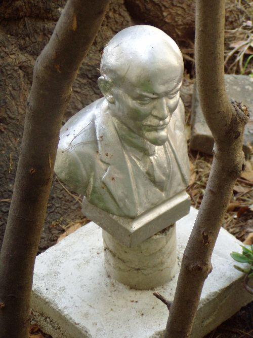 Lénine, fonte d'aluminium, pied pierre et béton, 550€