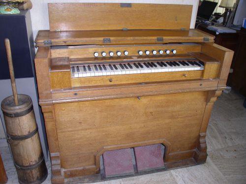 Harmonium, grand modèle. Bon état, à réviser 1200€