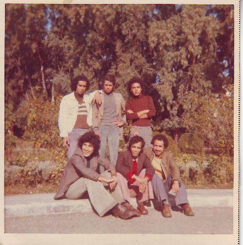 Avec  mes  amis  de  la  FAC       ( ici  à  la  cité  universitaire de Ben Aknoun - ALGER - 1976 )