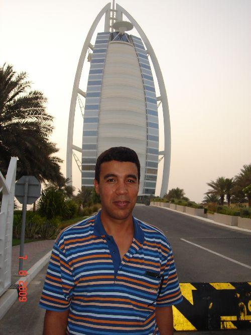 Notre  ami  IMED à  DUBAI  posant  devant  l'Hotel  Bordj el arab