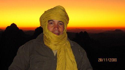 Notre ami IMED  délaissant  un  moment  les  plages  de  la  grande  bleue pour  le  désert du  grand  sud  saharien
