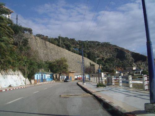 Le  Boulevard  front  de  mer  avec  le  mur  majestueux de  la  place