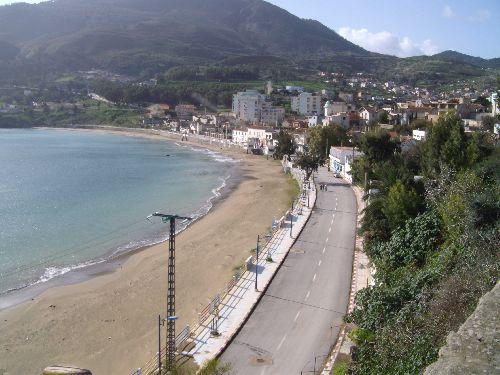 La plage du centre du village, et  le  boulevard  front  de  mer