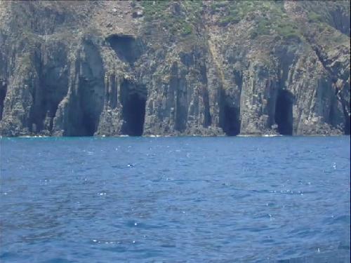 SERIE   de  Grottes  successives  ( entre  les  calanques  et  la  Baie  Ouest  )