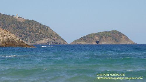 Grotte  vue à partir  de  la  plage d' Oued Laghnem