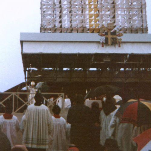 1980 visite du pape a butz juste a cote de la piste,j´etais de service a l´infirmerie a butz a cause de lui