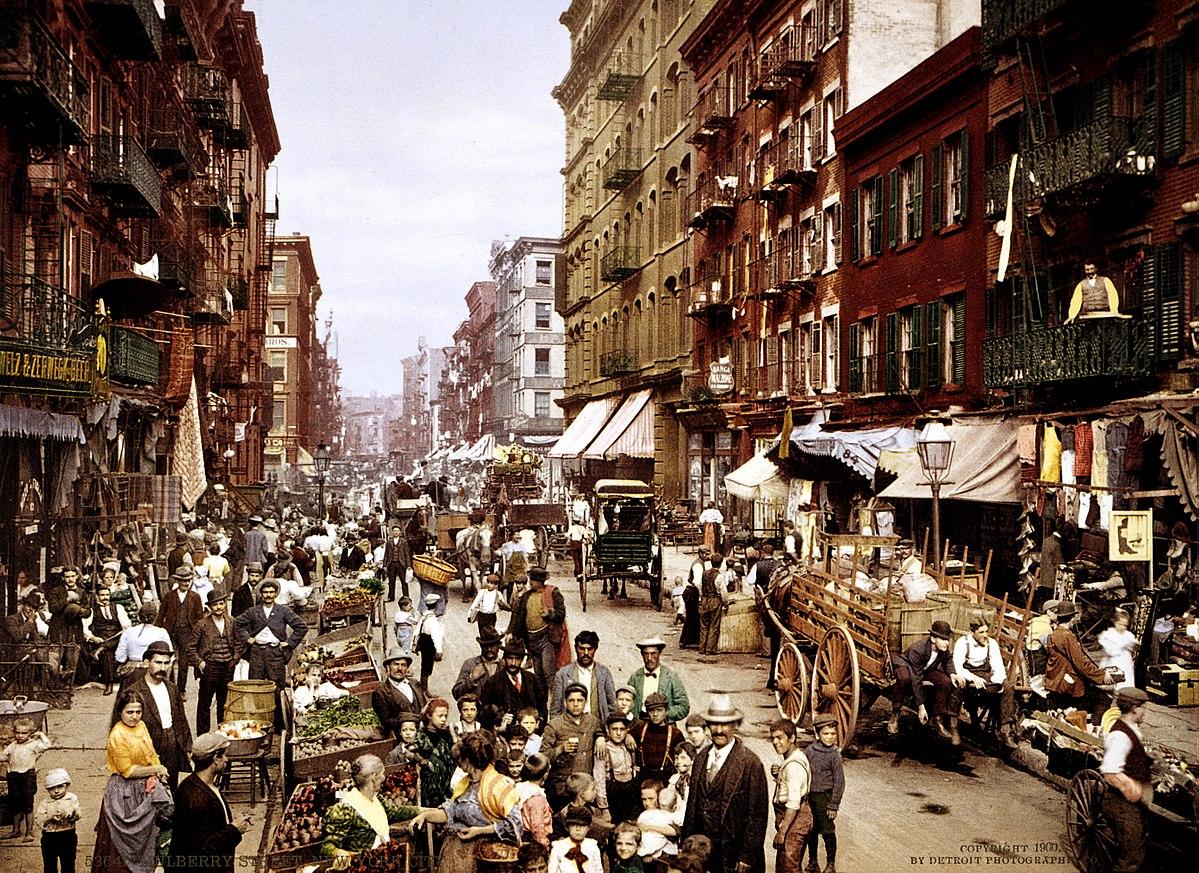 1200px-NYC_Mulberry_Street_3g04637u