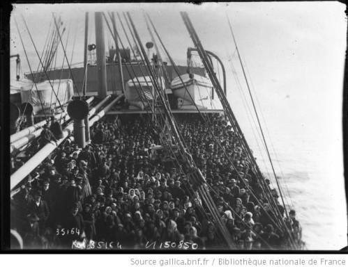 Emigrants-sur-le-pont-d-un-navire.jpg