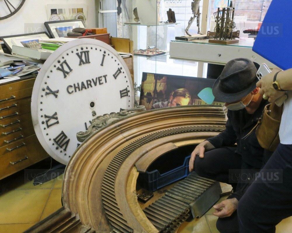 philippe-carry-s-occupe-de-la-renovation-de-l-horloge-charvet-photo-progres-marion-mayer-1593940061