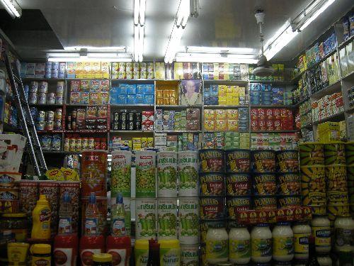 épicerie remplie et rangée du sol au plafond