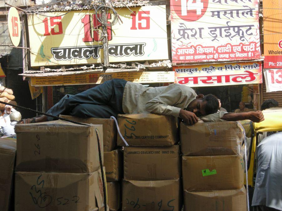 la sieste sur des cartons dans la rue la plus bruyante de Old delhi