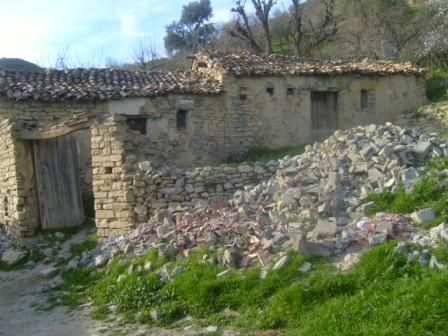 Village Izavachène, quartier en ruines