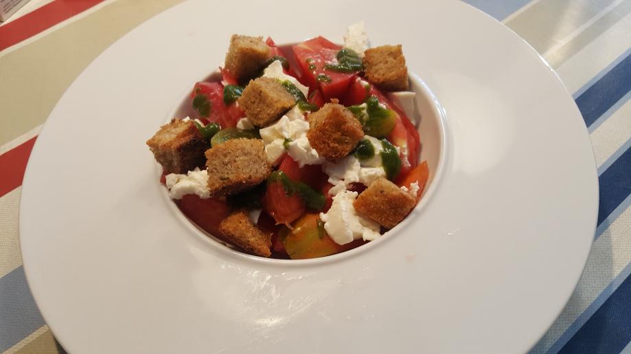 Salade de tomates anciennes ricotta pesto et croûtons.jpg