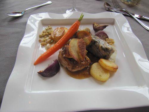 Filet de pintade grillé, lempia de galipettes et ragoût de légumes, sauce au vin de Loire