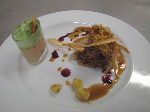 Filet de marcassin en panure de fruits secs, flan de foie gras et espuma d'épinards, julienne de chicons et châtaignes
