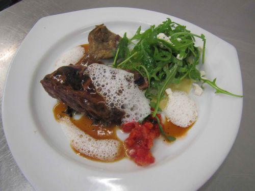 Côtes de marcassin grillées, jus de poivres exotiques et ravioles de bettes