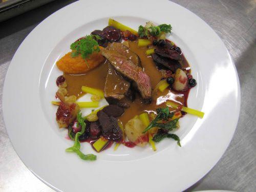 Gigue de chevreuil, mousse de carottes, navets, raisins, jus de baies
