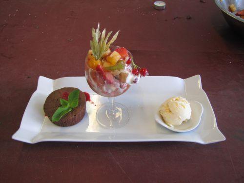 Moelleux au chocolat, sorbet au champagne, macédoine de fruits frais