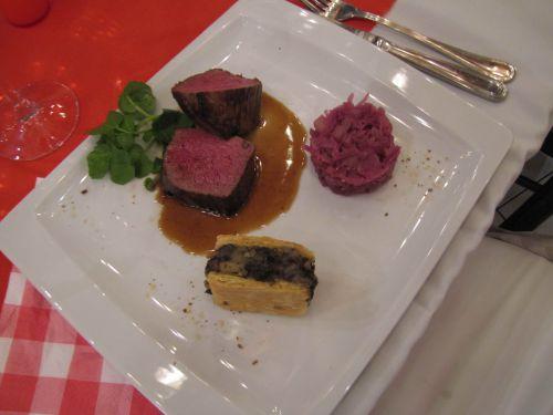 Filet de cerf, pomme tatin et boudin noir, chou rouge confit et sauce poivrade