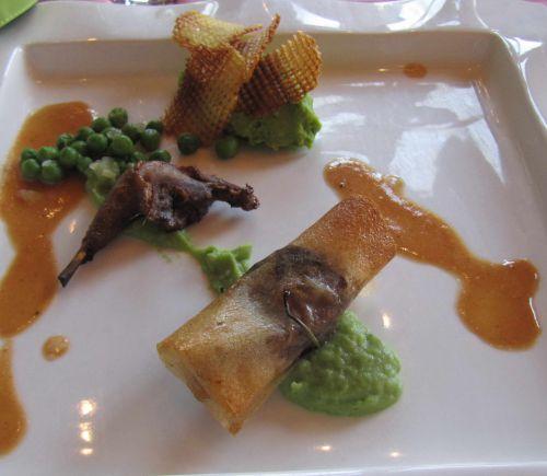 Ballotins de pigeonneaux au foie gras, cuisse confite au miel sur mousse verdoyante et pommes gaufrettes