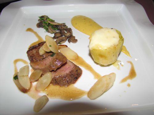 filet d'agneau, pdt farcie au fromage d'Orval, salsifis, champignons et sabayon à la chouffe et moutarde