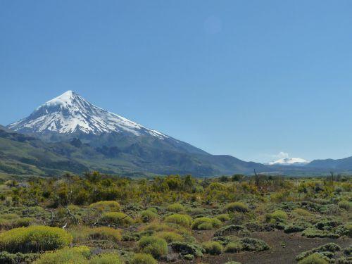 au loin, le volcan villarica chilien fumant (au 1er plan, le lanin)