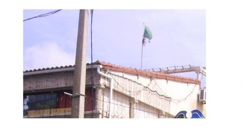 Drapeau en abandon sur les hauteurs d'Alger